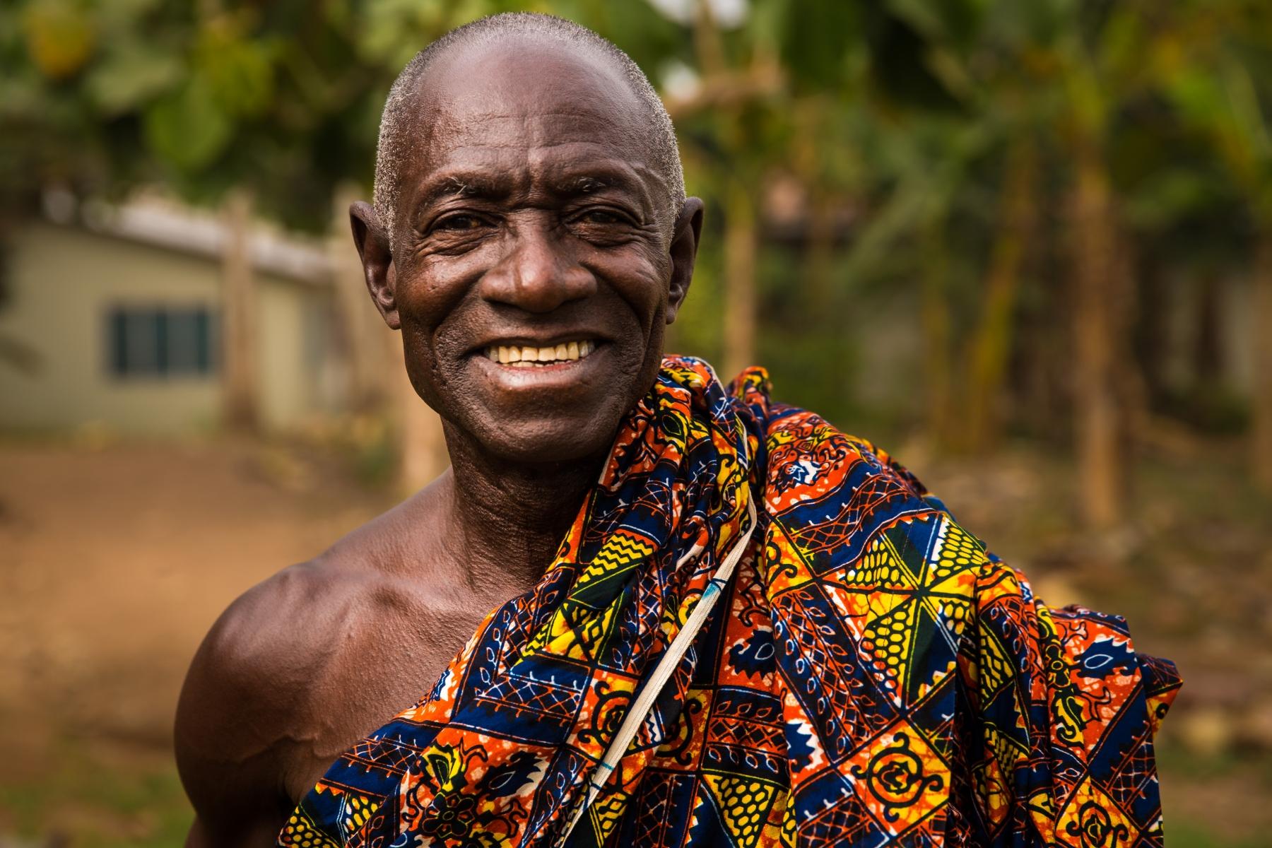 © Steffen Jensen | Han var egentlig på vej til begravelse. Yaw Seth i landsbyen Nnudu i Ghana.