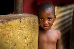 Foto: Steffen Jensen | En lille dreng i den ghanesiske landsby nnudu. Hans mor har lige fået en symaskine fra Langeland. Nu kan han komme i skole.
