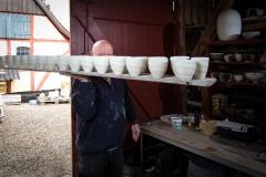 Foto: Steffen Jensen | Poul Erik Eliasens skaldede isse titter frem over en række skåle på vej til brændeovnen.