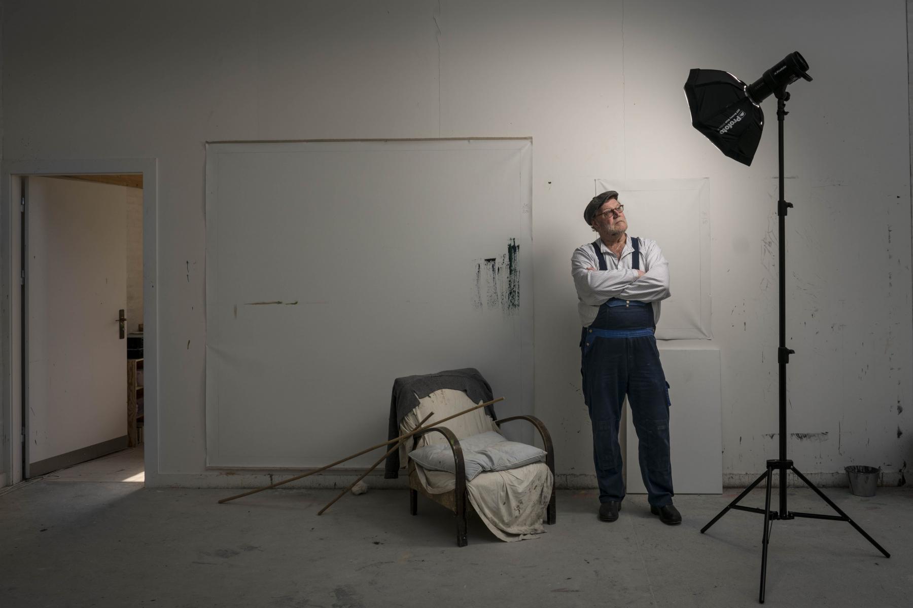 Foto: Steffen Jensen | Syde Poul lod os bo i afdøde Per Kirkebys gård på Læsø. Her er han i kunstnerens atelier.