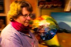 Foto: Steffen Jensen | Dorte Eisen Oles kone er en af de lokale langelandske kunstnere som her nærmest har ild i paletten.