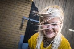 Foto: Steffen Jensen | Kamilla Kristensen i kuling udenfor VesterØL i færgehavnen.