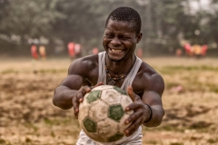 Foto: Steffen Jensen | Månedens store begivenhed var fodboldkampen imellem de presbyterianerne og de romersk katolske. Rambo som jeg kaldte ham var med til at bygge mit bageri i landsbyen.