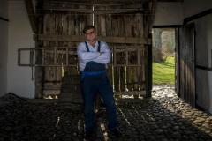 Foto: Steffen Jensen | Syde Poul min tovholder på Læsø i porten til kunstneren Per Kirkebys gård.