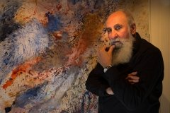 Foto: Steffen Jensen | Alfio Bonanno i sit galleri i Rudkøbing på Langeland foran et af sine værker.