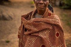 Foto: Steffen Jensen | En ældre kvinde som desværre døde kort tid senere fra Nnudu. Hun bad ikke om at blive fotograferet men stillede sig bare op som om hun sagde værsgod.