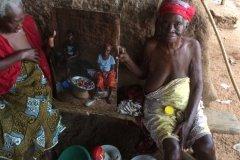 Foto: Steffen Jensen | Hans Kjær har taget nogle af mine billeder med tilbage til landsbyen Nnudu i Ghana.