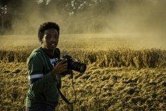 Foto: Steffen Jensen | Jhon er med ude for at fotografere høsten på Tranekær Gods. Han endte med at få et af mine gamle Canon 5D kameraer og et par objektiver.
